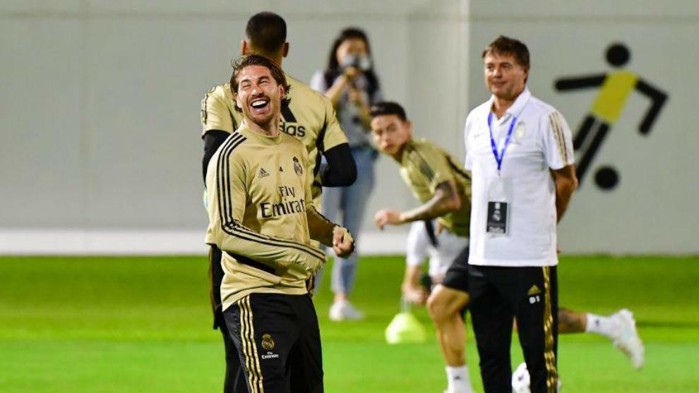 Sergio Ramos, riéndose durante el entrenamiento de ayer en Yeda.