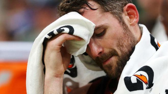 Kevin Love se seca el sudor en un partido de los Cavaliers