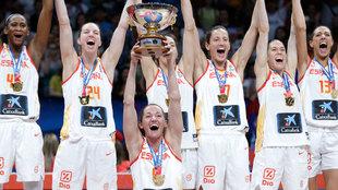 Laia Palau levanta la copa de campeonas de Europa el pasado mes de...