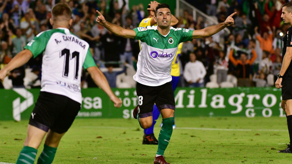 Barral y Cayarga, dos de los candidatos a salir, celebran un gol este...