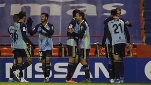 Juan Muñoz, en el centro, y Darwin Núñez, con el 21, celebran el...