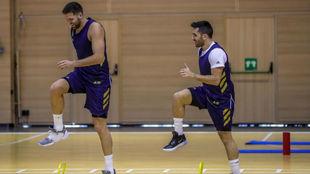 Felipe Reyes hace ejercicios junto a Facundo Campazzo durante un...