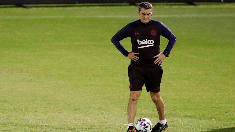 Valverde, sobre el césped.