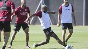 Doukouré ante Mikel Rico, durante un entrenamiento del Huesca
