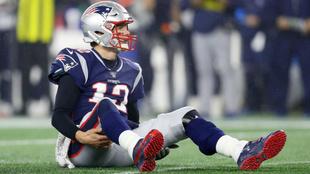 Tom Brady mira desde el suelo en un momento del partido frente a los...