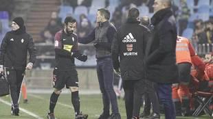 Djukic saluda a Molinero cuando el lateral se marcha expulsado en La...