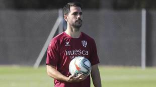 Pablo Insua, con un balón durante un entrenamiento del Huesca
