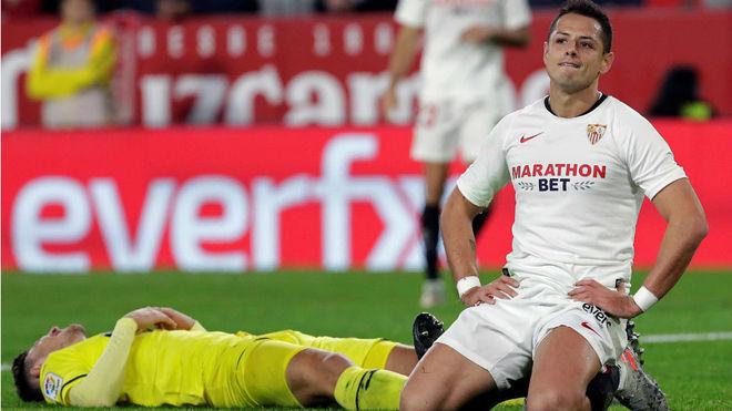 Chicharito se lamenta tras fallar un gol ante el Villarreal.