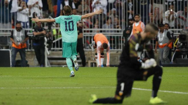 Modric celebra el tercer gol con Jaume arrodillado.