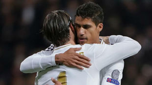 Ramos y Varane se abrazan en un partido de Champions.