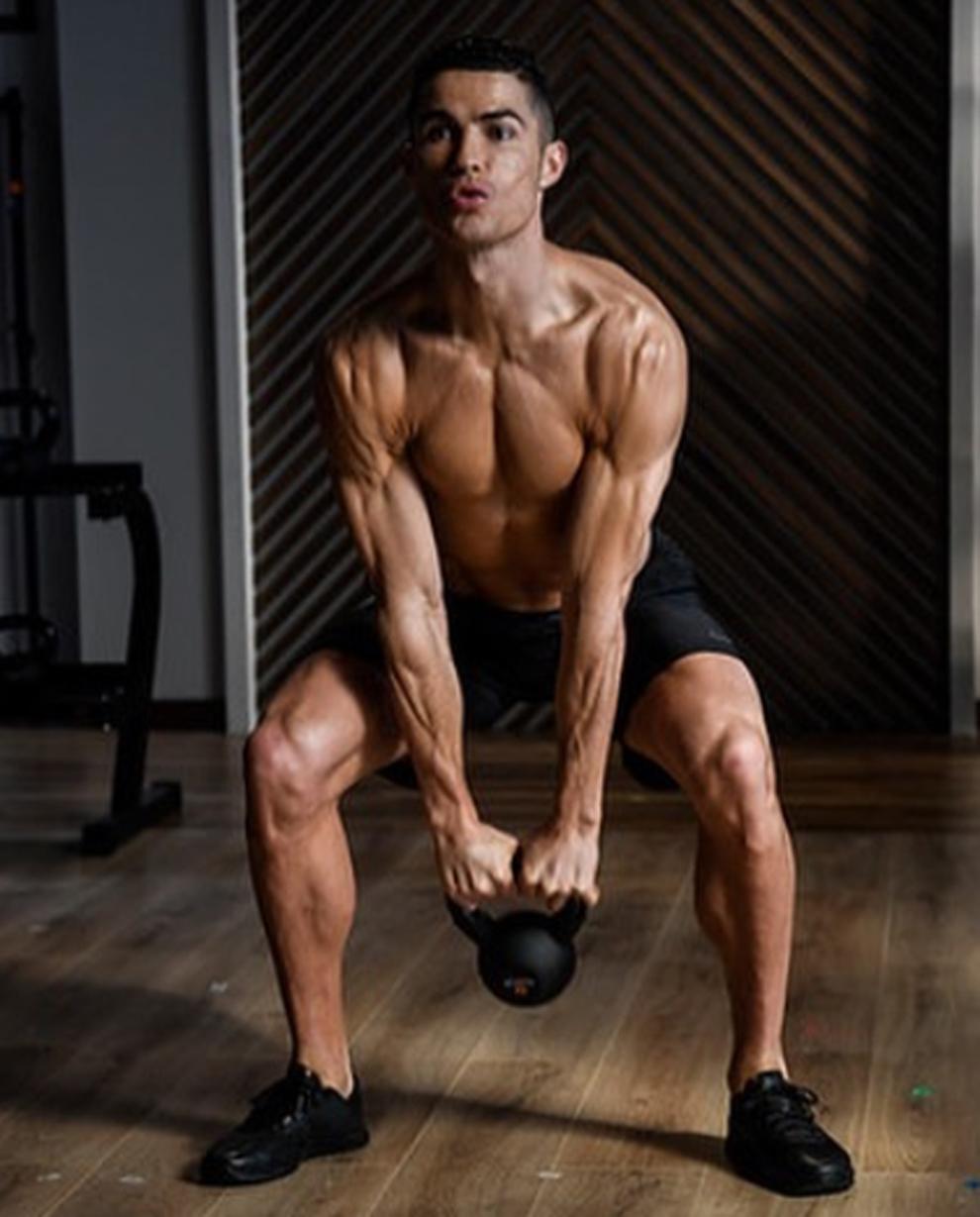 Cristiano Ronaldo luce la espectacular definición de sus músculos...