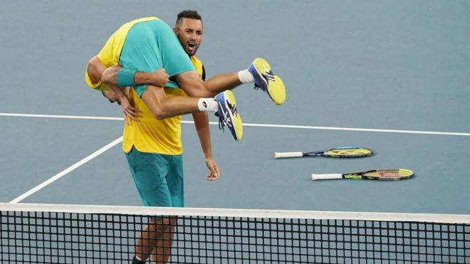 De Minaur y Kyrgios celebran la victoria en el dobles.
