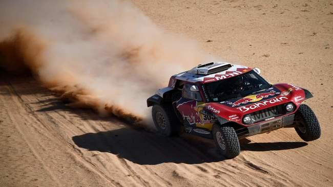 El Mini de Carlos Sainz volando por el desierto de Arabia Saudi.