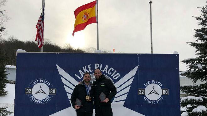 Ander Mirambell, en lo alto del podio de Lake Placid junto a Brian, su...