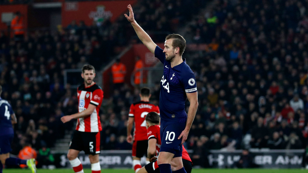 Kane pide el cambio al notar su lesión jugando contra el Southampton
