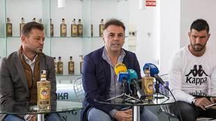 Manuel Franganillo, presidente del Extremadura, entre Manuel y el...