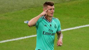 Toni Kroos celebra su gol.