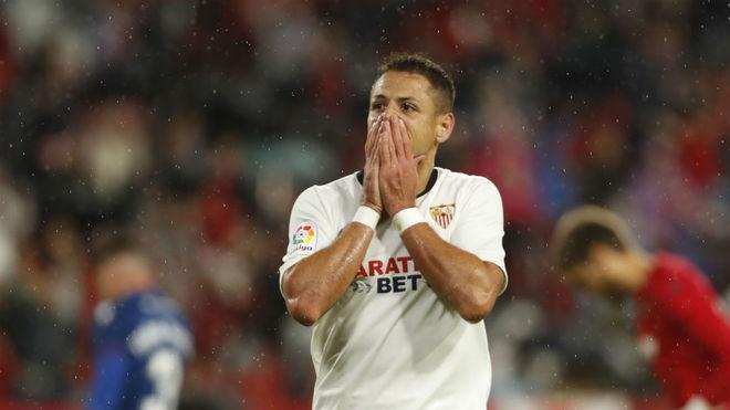 Chicharito, en un partido con el Sevilla.