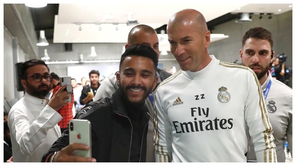 Zidane, con un aficionado del Real Madrid en Yeda.