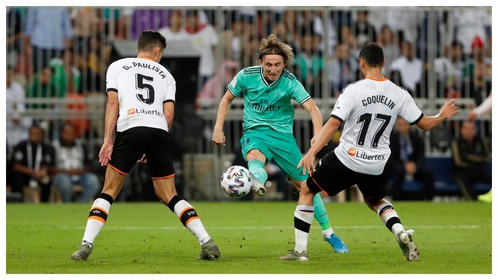 Luka Modric golpea con el exterior para hacer el 0-3 ante el Valencia.