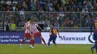 Messi, controlando el balón con la mano.