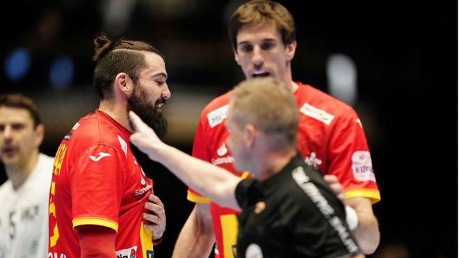 Uno de los árbitros señala la descalificación de Jorge Maqueda /