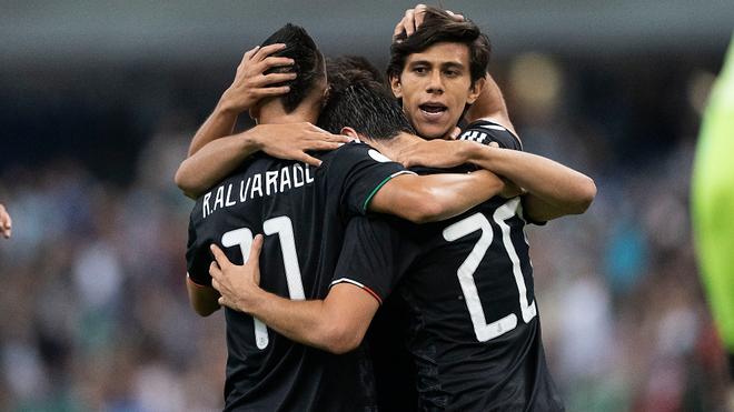 La selección mexicana celebrando un gol en el Estadio Azteca.