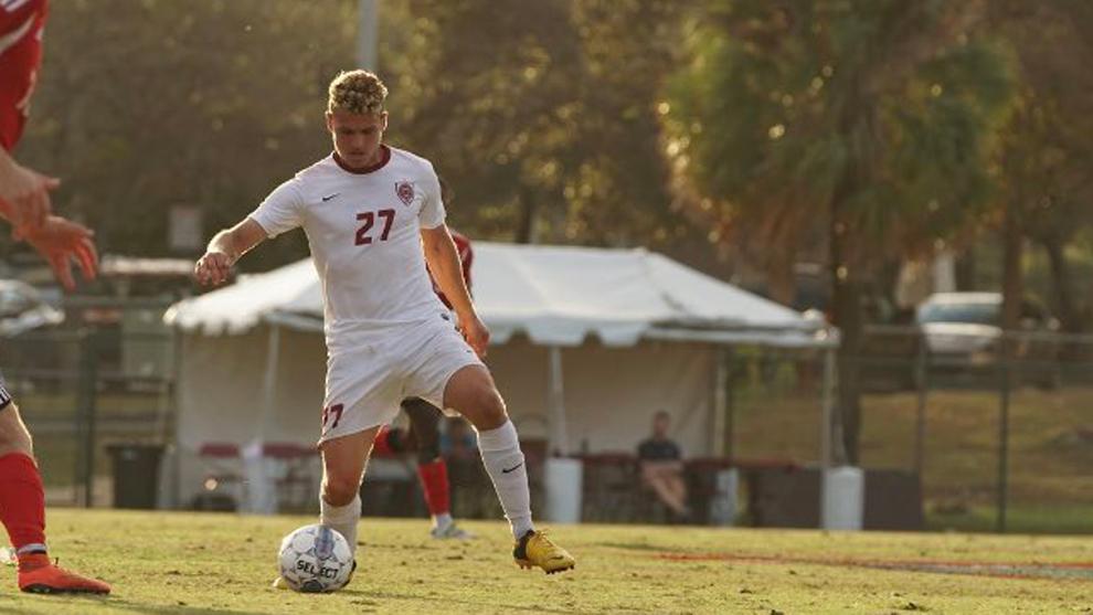 El futbolista australiano Eric Birighitti jugando con Hastings College...