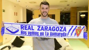 André Pereira posa con una bufanda del Real Zaragoza a su llegada al...