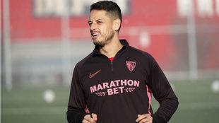 Chicharito Hernández (31), en un entrenamiento del Sevilla.