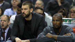 Marc Gasol, junto a Serge Ibaka, durante un partido de los Raptors.