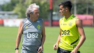 Jorge Jesús y Reinier, hablando durante un entrenamiento del...