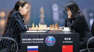 Goryachkina (izquierda) venció a Ju Wenjun (derecha).