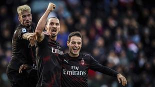 Zlatan Ibrahimovic celebrando con sus compañeros su anotación con el...