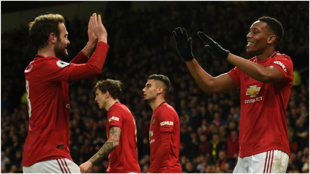 Martial y Mata celebran el 1-0 del Manchester United.