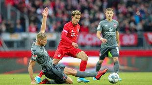 Coutinho pelea por un balón ante el Nuremberg.