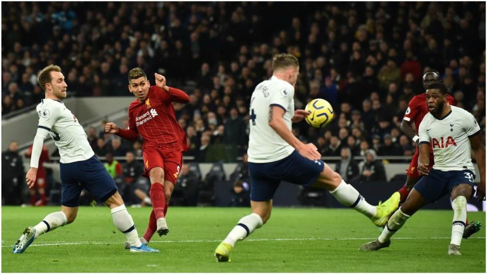 Roberto Firmino dispara a puerta contra el Tottenham.