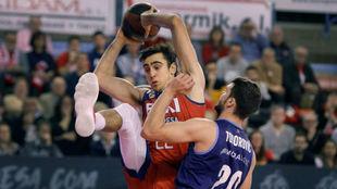Vaulet controla el balón en posición acrobática ante la presión de...