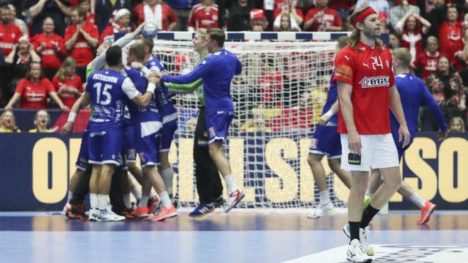Los islandeses celebran su victoria, en presencia de Hansen /