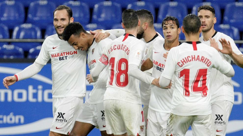 Los jugadores celebran el gol de Koundé (21) en el partido copero...