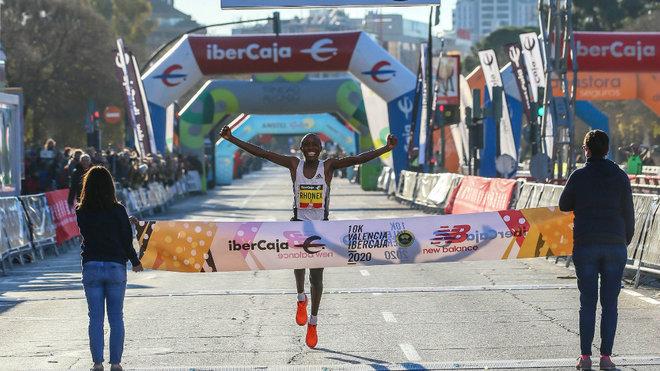 Kipruto bate el récord en el 10K Valencia Ibercaja.