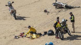 Los médicos atienden al piloto portugués tras la caída.