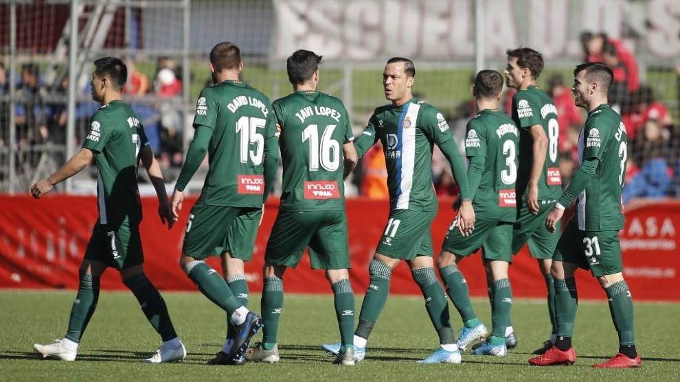 Los jugadores del Espanyol felicitan a Raúl de Tomás por su gol.
