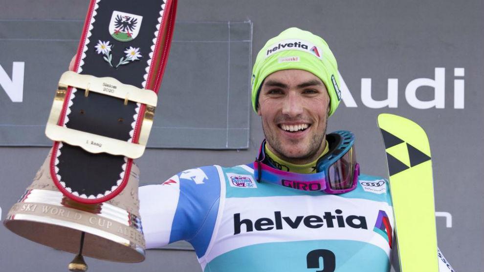 El suizo Daniel Yule, con el trofeo de campeón en Adelboden.