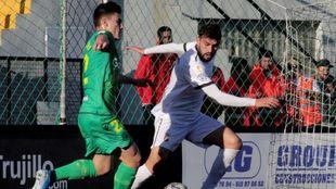 Barrenetxea intenta regatear al jugador del Ceuta Alex Sánchez.