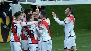 Los jugadores rayistas celebran el gol de Pozo en Lasesarre