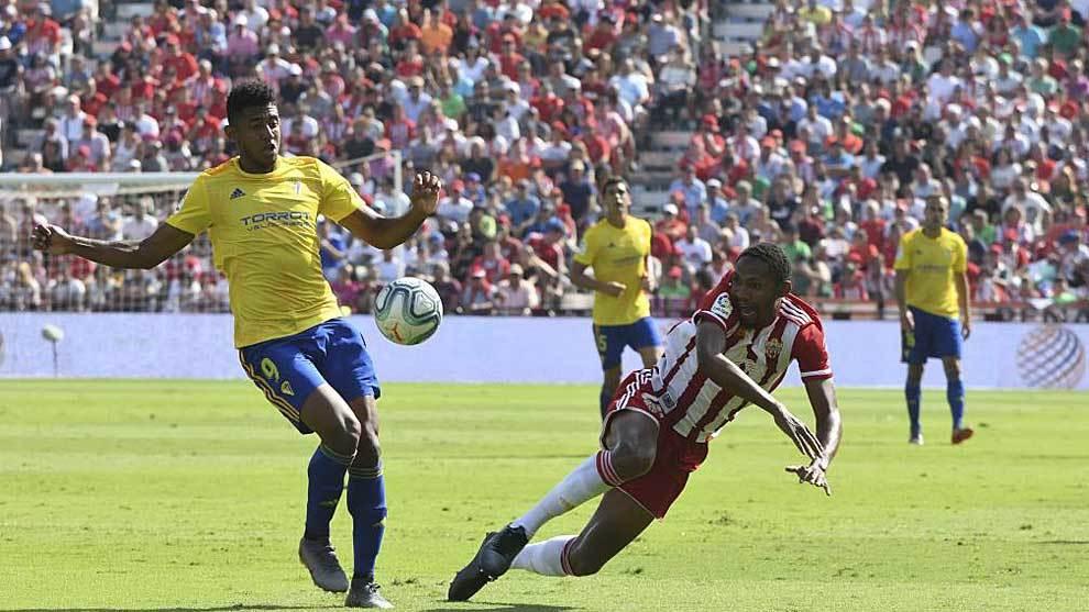 Owona cae al suelo ante Choco Lozano en el partido ante el Cádiz