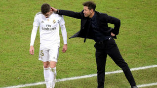 Simeone acaricia a Valverde.