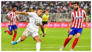 Mariano carga la pierna para intentar rematar ante Felipe.