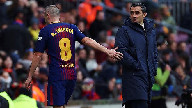 Iniesta, con Valverde un día que le sustituyó.